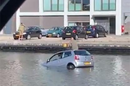 Auto belandt in het water in Den Haag, bestuurder neemt lachgasballon op het dak