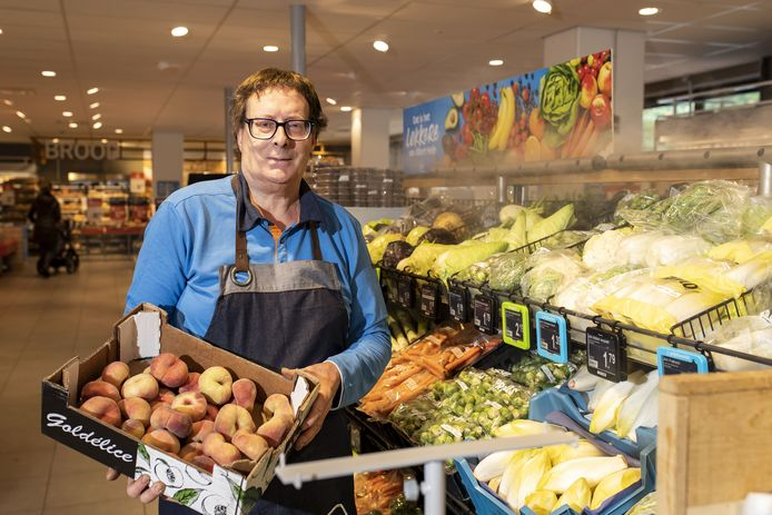 Peter van Klaveren neemt vandaag na 47 jaar afscheid als groenteman van de Albert Heijn in Borne.