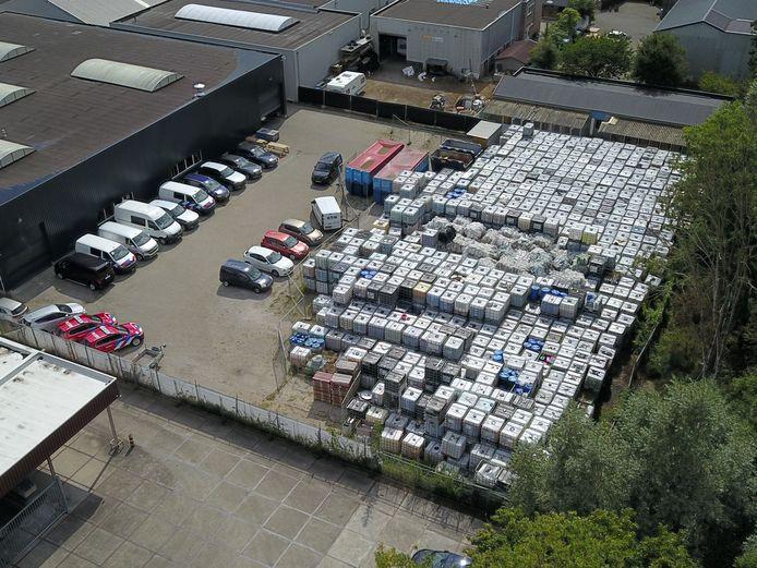 De ruim 1300 vaten met giftig blusschuim op het terrein van het faillietverklaarde Rutgers Milieu in Doetinchem.