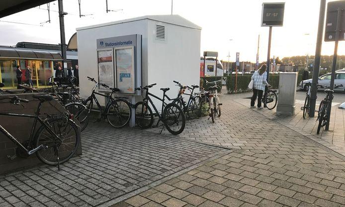 De fietsen worden op alle mogelijke plaatsen in de stationsbuurt achtergelaten