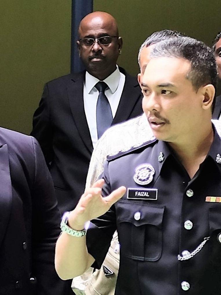 Politie-inspecteur Faizal. Achter hem advocaat Nair van de familie Smit eerder dit jaar bij het appartement van de Johnsons.