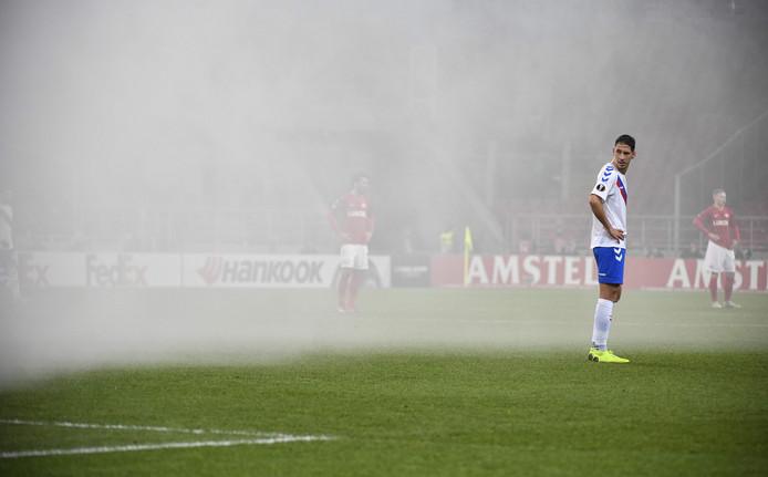 Rangers-verdediger Nikola Katic staat in de rook, veroorzaakt door vuurwerk.