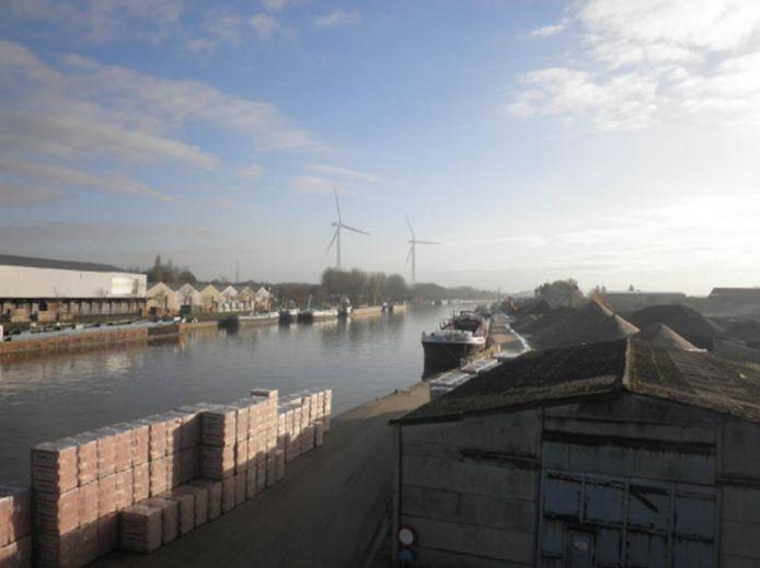 Zo zou het zicht vanop de brug aan de Deurnesteenweg zijn, als de twee windturbines er komen