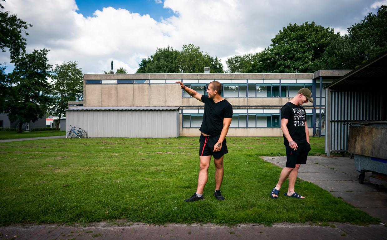 Daniel en Kamil (r) op het Agripark in Dronten, een voormalige studentencampus die in 2012 op de nominatie stond voor de sloop. Nu wonen er arbeidsmigranten, veelal uit Polen. Beeld Freek van den Bergh / de Volkskrant