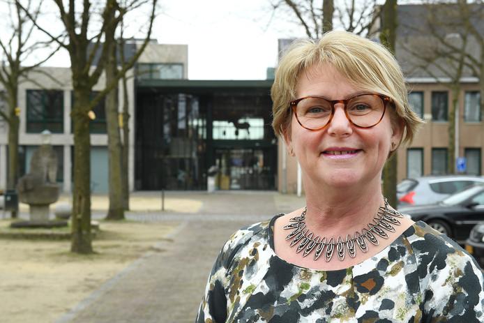 Demissionair wethouder Ingrid Voncken voor het gemeentehuis van Sint Anthonis.