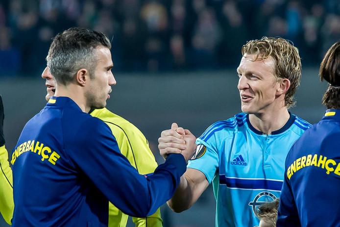 Robin van Persie schudt Dirk Kuyt de hand bij zijn rentree in De Kuip op 8 december 2016.