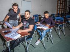 Zwolse vluchtelingen Walid en Ali slaan zich dapper door mavo-examen: 'Het woord knus moest ik opzoeken'
