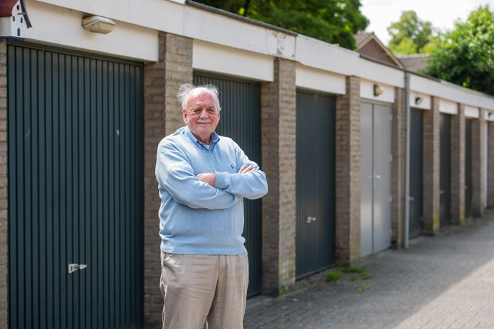 Peter Wouters bij de garageboxen in Nuenen die in 1973 landelijk nieuws werden.