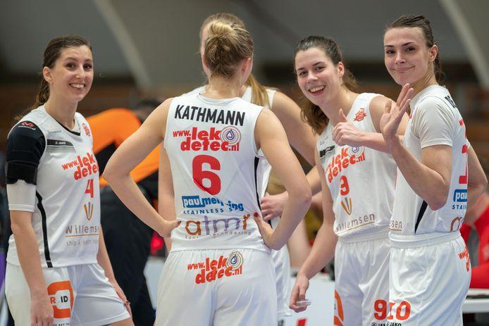 Van links naar rechts Fenne van der Wielen, Yordi Kathmann (6), Yfke Hoek en Lisanne de Jonge spelen ook komend seizoen voor Lekdetec.nl/Batouwe.