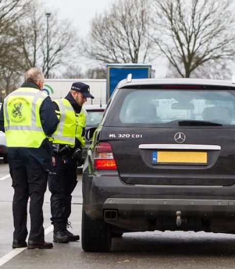 Politie ziet vuurwerk in auto Nieuwdorp en ontdekt cocaïne in verborgen ruimte
