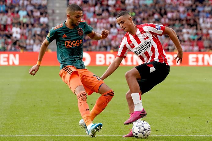Mohamed Ihattaren (rechts) in duel met Hakim Ziyech, die wel voor Marokko koos.