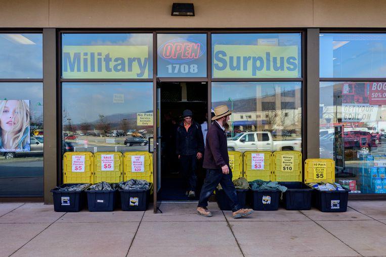 Ook veel mensen die normaal geen wapen kopen, laten zich nu zien in wapenwinkels. Beeld Cynthia van Elk