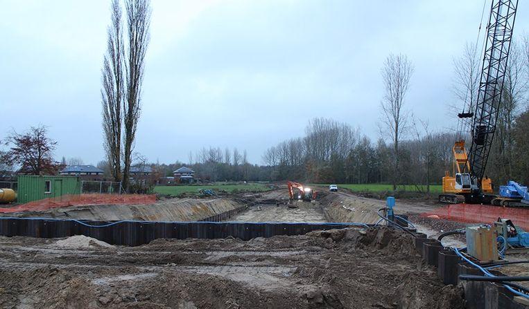 De werken aan het derde aan vierde spoor in Hansbeke zijn volop aan de gang.
