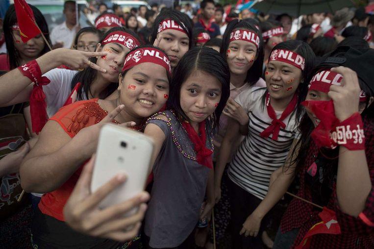 Birmanezen vieren de overwinning van de NLD. Beeld afp
