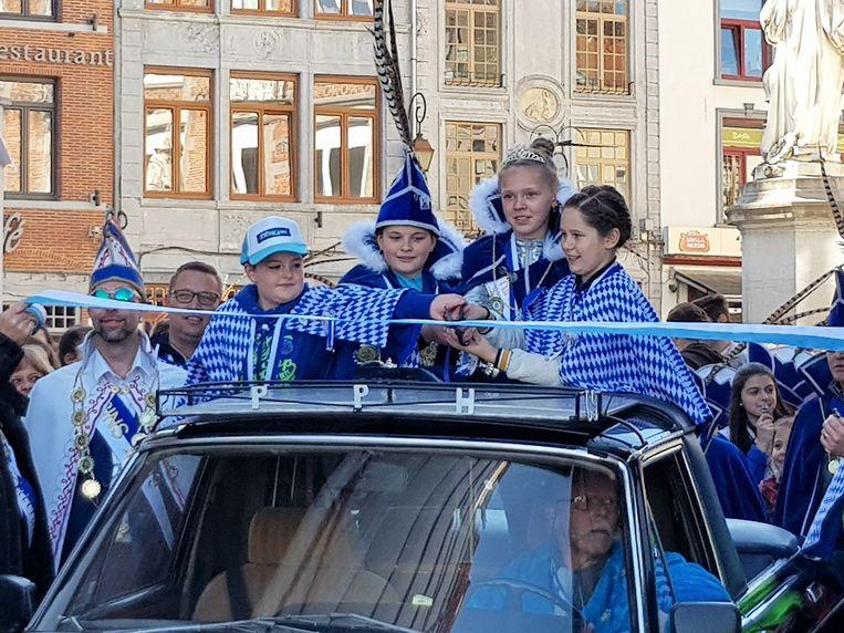 Mini Prins Branko en Mini Prinses Fie kregen de eer om zondagnamiddag officieel de grote Carnavalfoor te openen.
