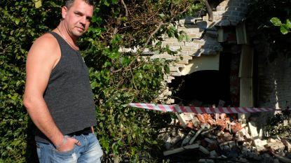 """Wagen boort zich in gevel van woning, buren vragen dringend maatregelen: """"Dit is het zoveelste ongeval, men moét hier ingrijpen"""""""
