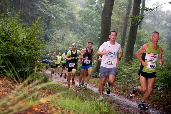 Deelnemers aan de Rozendaalse Veldloop, die woensdagavond voor de lange-afstandlopers een chaos was.