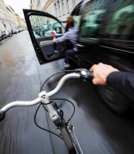 Met deze truc voorkom je dat fietsers tegen je autodeur rijden