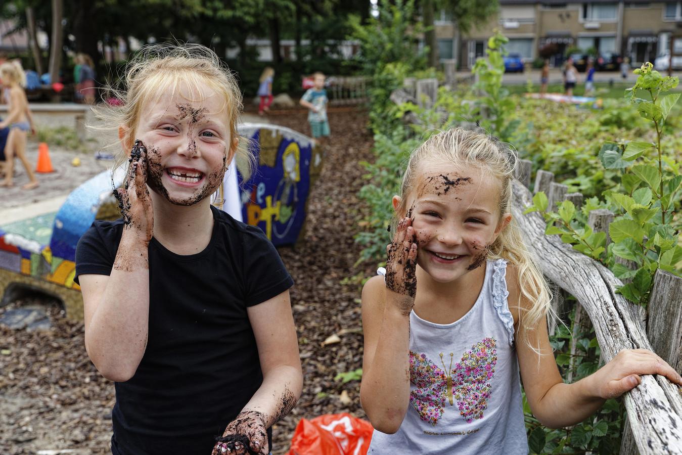 Kliederen met water en zand en met je moddervoeten over een witte papieren loper rennen, ook Tess en Michelle. Ook op de speelplaats van het Peuterkleuterhuis werd uitgebreid ModderDag gevierd.