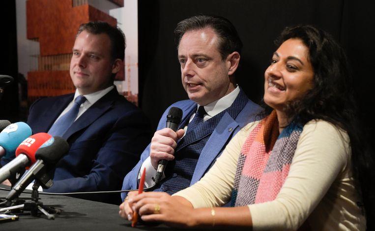 Een ontspannen moment op de persconferentie: Jinnih Beels (sp.a) moet zaterdag aan de basis van de partij uitleggen waarom ze in zee gaat met N-VA en Open Vld.