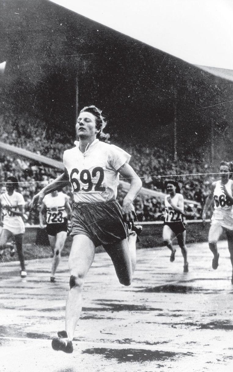 Fanny Blankers-Koen wint de 200 meter op de Spelen in Londen. Beeld ANP