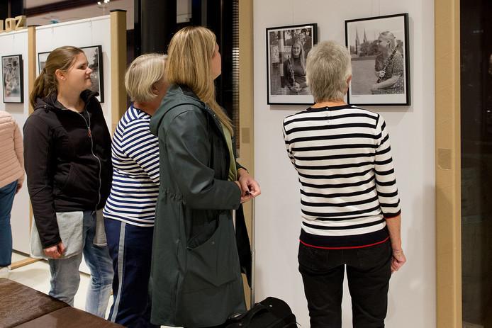 De foto-expositie 'Muzikant en dorp' in de foyer van Het Klavier.
