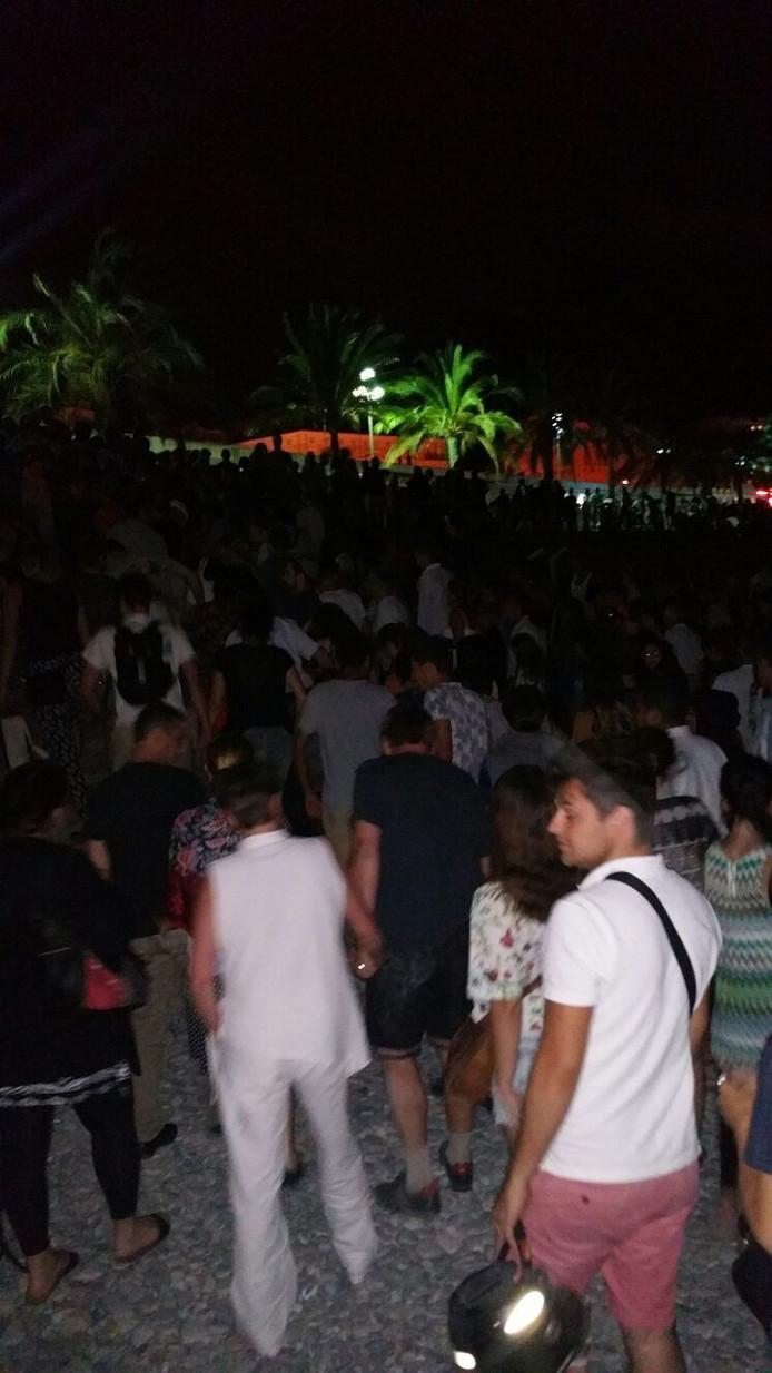 Massa mensen vertrekt na de vuurwerkshow in Nice.