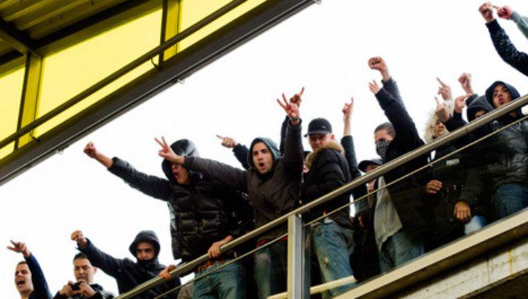 Ajax-supporters en antifascistische organisaties op metrostation Isolatorweg in Amsterdam proberen zaterdag de bijeenkomst van de English Defence League te verstoren. © anp Beeld