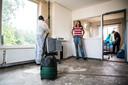 Het huis van Jackie Kasteel wordt professioneel schoongemaakt.
