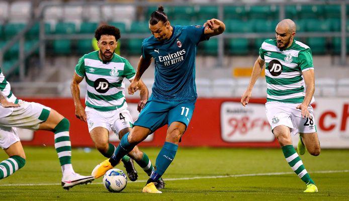 Zlatan Ibrahimovic haalt uit tegen Shamrock Rovers.