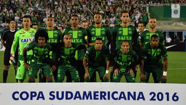 Drie spelers van de Braziliaanse voetbalclub Chapecoense hebben de vliegramp in Colombia overleefd. Beeld ap