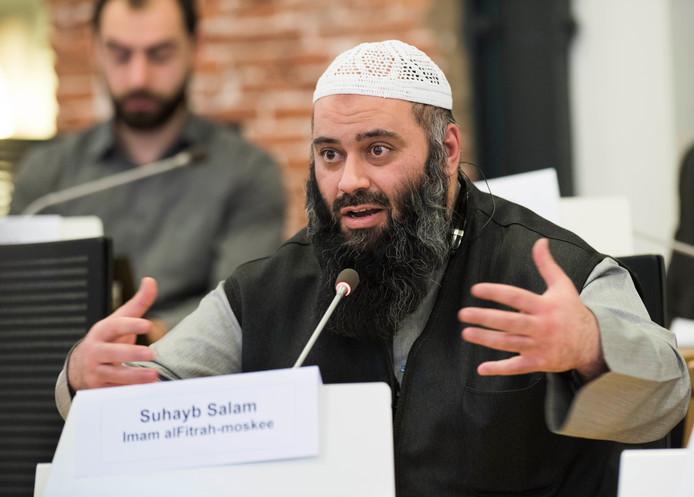 Imam Suhayb Salam van de alFitrah-moskee spreekt tijdens een commissievergadering.