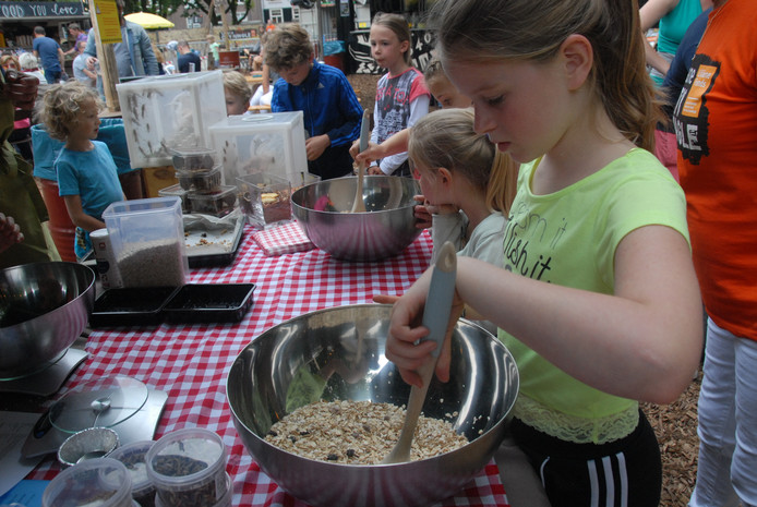 De bakworkshop 'mueslikoekjes met bugs' mocht op aardig wat belangstelling van met name kinderen rekenen