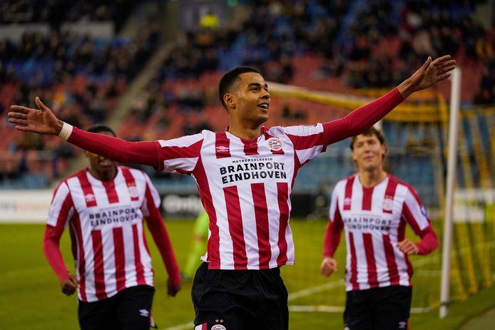 Cody Gakpo viert zijn doelpunt tegen Vitesse.