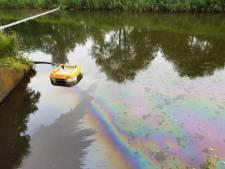 Mysterie: vieze laag drijft over honderden meters in kanaal in Apeldoorn
