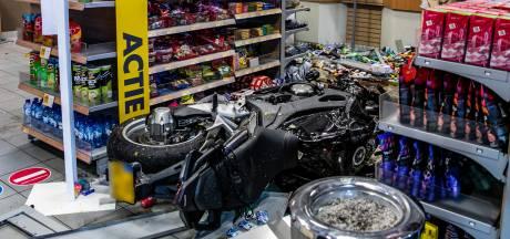 Motorrijder rijdt tankstation langs A325 bij Elst binnen en raakt ernstig gewond
