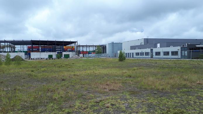 Bij Spierings is al een begin gemaakt met de nieuwbouw, pas tegen de containerterminal aan.