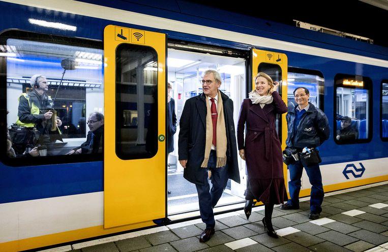De Nederlandse staatssecretaris Stientje van Veldhoven (Infrastructuur) stapt uit een trein. Archieffoto.