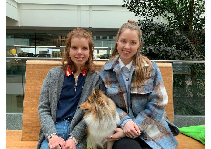 """De zussen Anne (links) en Merel van den Heuij met hond Ruby. ,,Een hart onder de riem voor al die eenzame ouderen."""""""