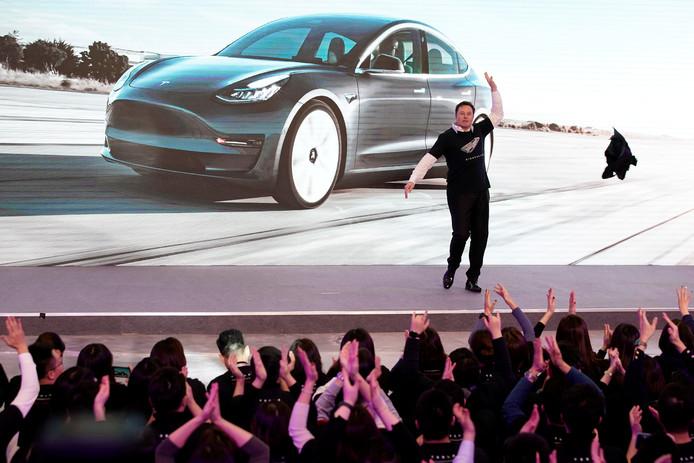 Elon Musk gooide begin vorige maand zijn colbert uit en deed een dansje, bij de introductie van de Model 3 in China
