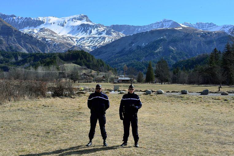 Politiemannen voor een herdenkingsmonument, ingericht ter nagedachtenis aan de slachtoffers van vlucht 4U 9525 van Germanwings. Beeld getty