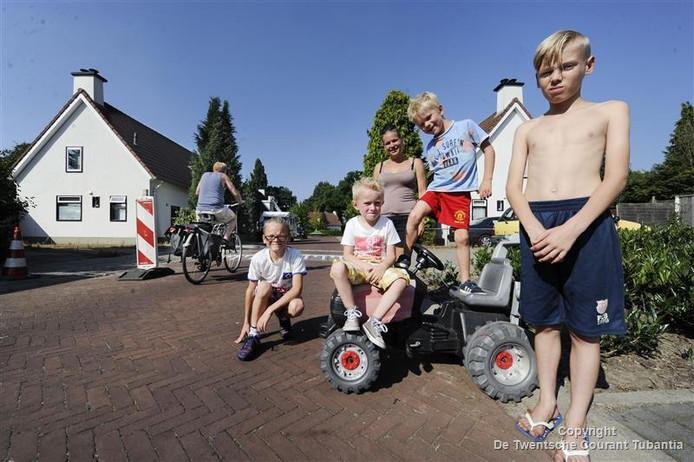 Paula van der Jest. Bewoonster die al drie jaar trekker van zoontje op de weg zet om verkeer af te remmen.