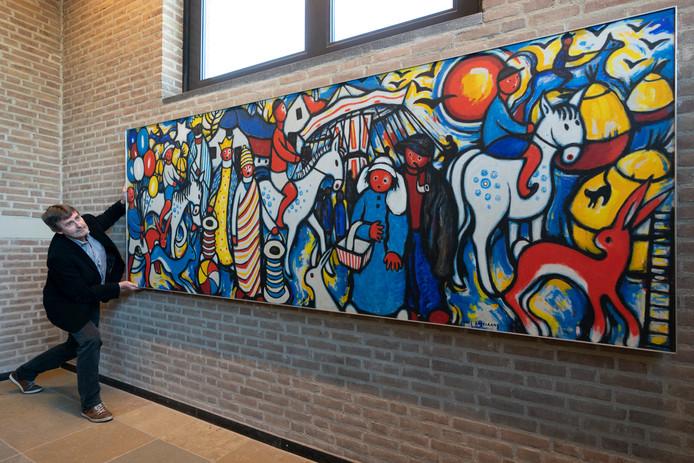 Rien van den Broek van de Heemkundekring Rosmalen inspecteert het werk dat jarenlang in een Bossche basisschool hing. Nu is het terug in PERRON-3 en wordt het vandaag onthuld.