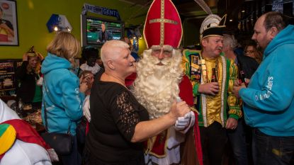 Sinterklaas bouwt nog snel laatste feestje in café Den Dries voor zware werkweek