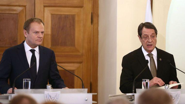 De EU-president Donald Tusk en de Cypriotische president Nicos Anastasiades. Beeld afp