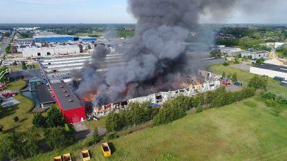 Dronebeelden tonen verwoestende bedrijfsbrand in Pelt