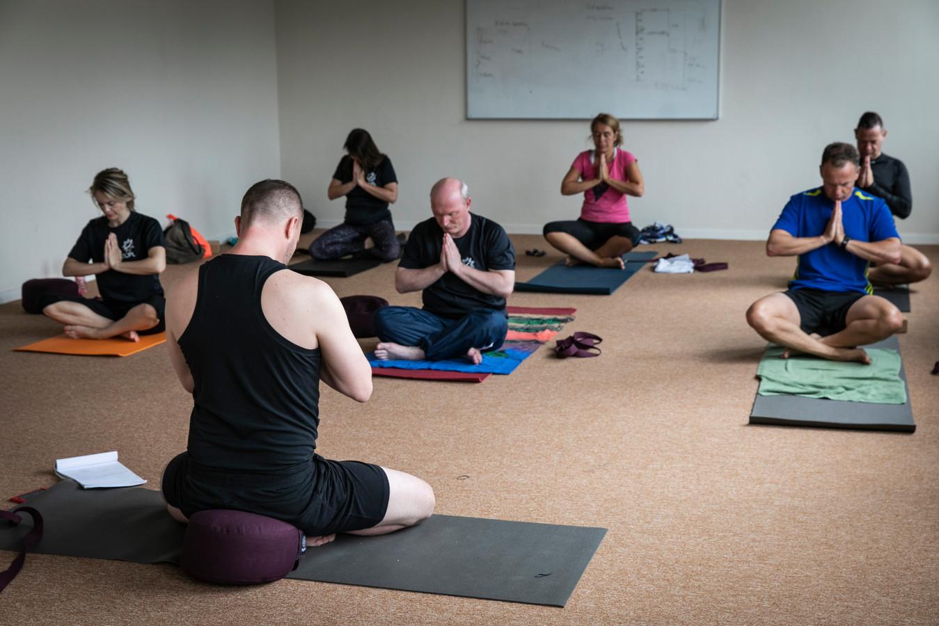 Bij defensie worden yogalessen gegeven zoals in Amsterdam op het Marineterrein. Docenten vandaag zijn: Sander Thummler (linksvoor) en Raymond van Leeuwen.