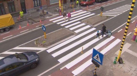 Zo ziet een gevleugeld zebrapad er uit. De auto's komen dus niet zo dicht bij de overstekende voetgangers.