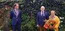 Jan Koelewijn krijgt een hoge Koninklijke ondersheiding uitgereikt door loco-burgemeester Wolbert Meijer van Heerde.