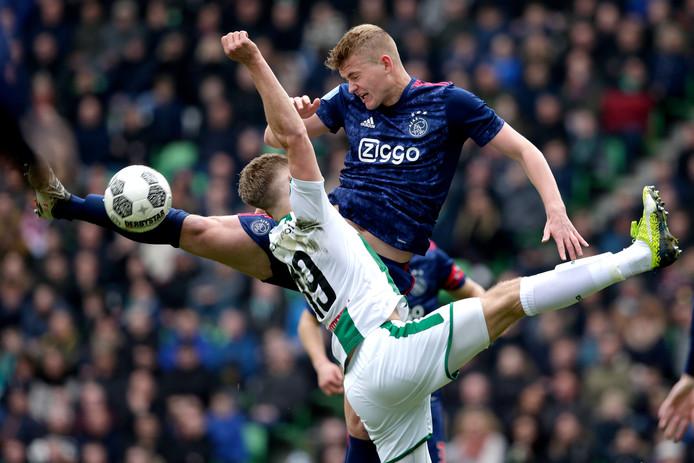 Matthijs de Ligt in actie tegen FC Groningen vorig seizoen.
